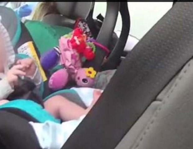 Os bebês foram encontrados, em suas cadeirinhas, na parte de trás de uma SUV (Foto: Reprodução / Boynton Beach PD)