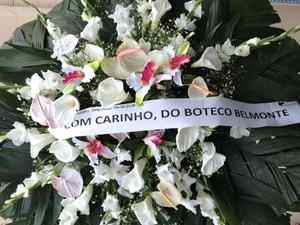 Coroa de flores foi enviada por bar que era frequentado por João Ubaldo (Foto: Alba Valéria Mendonça/G1)