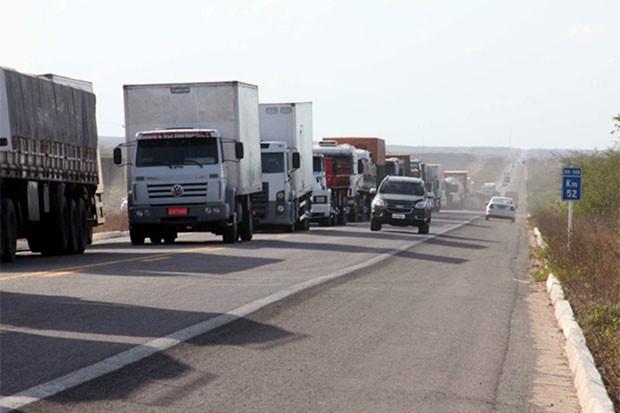 Caminhoneiros enfileiraram veículos em trecho da BR-304 entre Assu e Mossoró (Foto: Marcelino Neto/OCâmera)