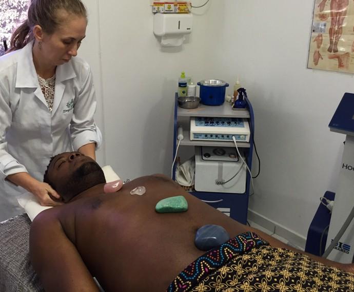 Érico Brás está em sua segunda sessão da terapia com pedras quentes (Foto: Arquivo Pessoal)