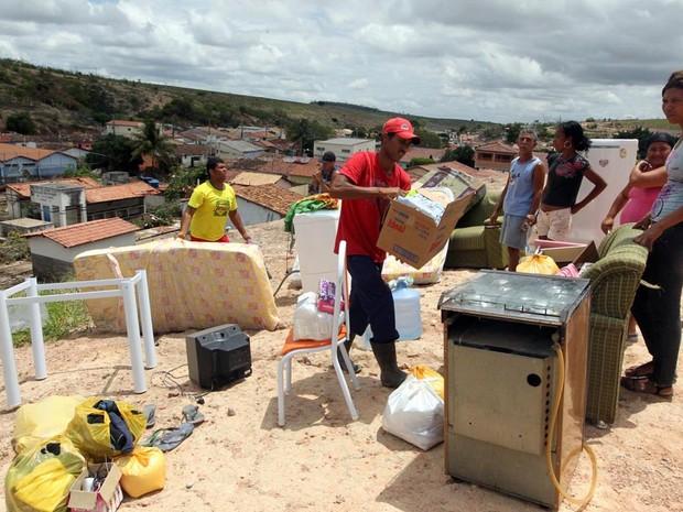 Moradores de Lajedinho tentam recuperar o que sobrou depois da enxurrada (Foto: Haroldo Abrantes/GOVBA)