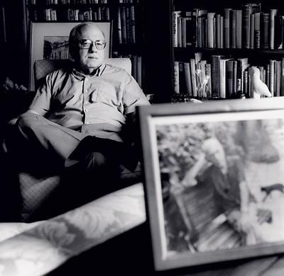 SONHOS Verissimo, na sua casa em Porto Alegre, com o retrato do pai, Erico Verissimo, à frente. Ele diz que gostaria de ser uma mistura de  George Clooney e Ariano Suassuna (Foto: Marcio Scavone)