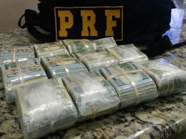 Dinheiro encontrado durante vistoria em veículo (Foto: Divulgação Polícia Rodoviária Federal - MS)