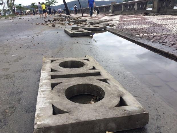 Mureta foi destruída pela força do mar (Foto: Solange Freitas/G1)