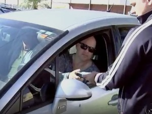 Motoristas receberam panfletos nesta terça-feira (24) (Foto: Reprodução/TV TEM)