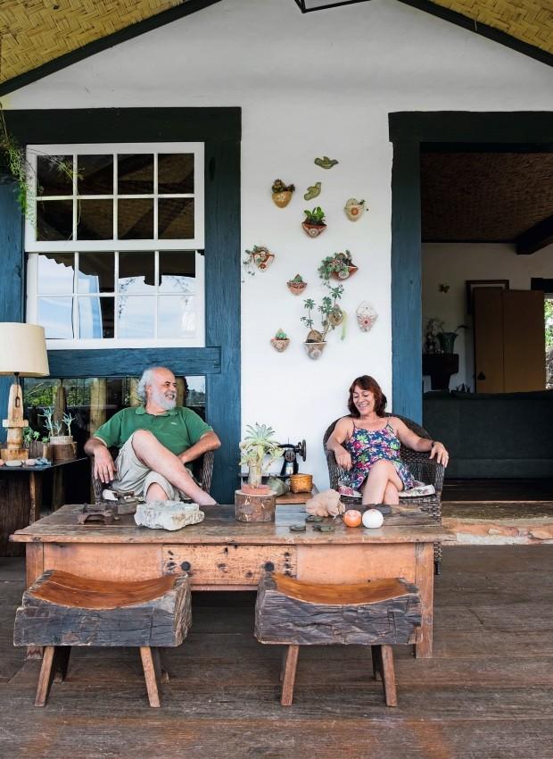 Gustavo, Arlete e os banquinhos de madeira rústicos da varanda (Foto: Lufe Gomes / Editora Globo)