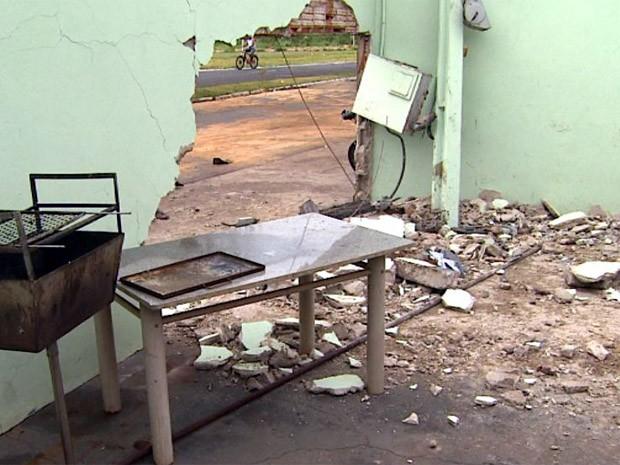 Um motorista atravessou a parede de uma casa em Sertãozinho (SP) com seu carro ao perder o controle na manhã deste domingo (16). De acordo com informações do Corpo de Bombeiros, o condutor pegou no sono e acabou atingindo o muro de um imóvel de esquina no Jardim Europa. Ele teve ferimentos leves e dispensou atendimento médico. Os moradores da casa, que estavam dormindo no momento do acidente, não se feriram. (Foto: Valdinei Malaguti/EPTV)