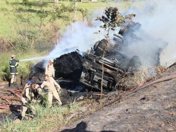 Bombeiros controlaram o fogo de carreta (Foto: Maico Gean/Jaru Online)