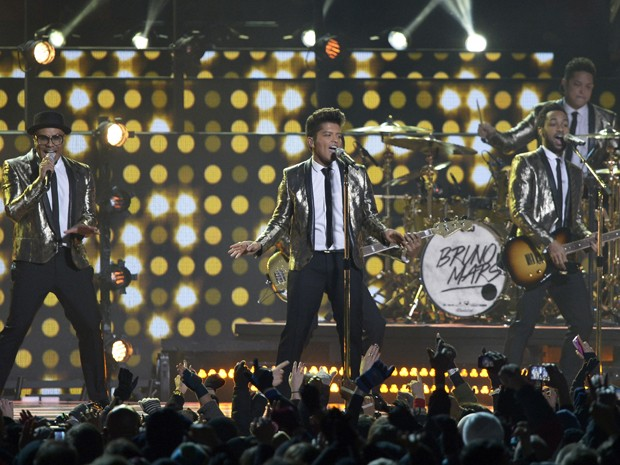 Bruno Mars canta no intervalo do Super Bowl, no MetLife Stadium em East Rutherford, no estado americano de Nova Jersey (Foto: RONALD MARTINEZ / GETTY IMAGES NORTH AMERICA / AFP)
