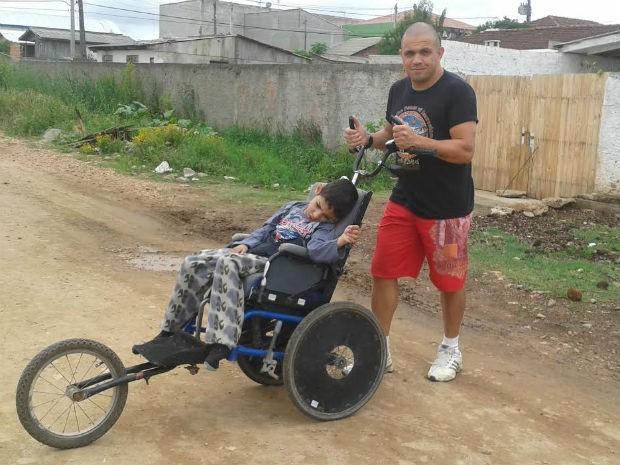 Filho adora participar as corridas com o pai, diz mãe (Foto: Adriana Justi / G1)