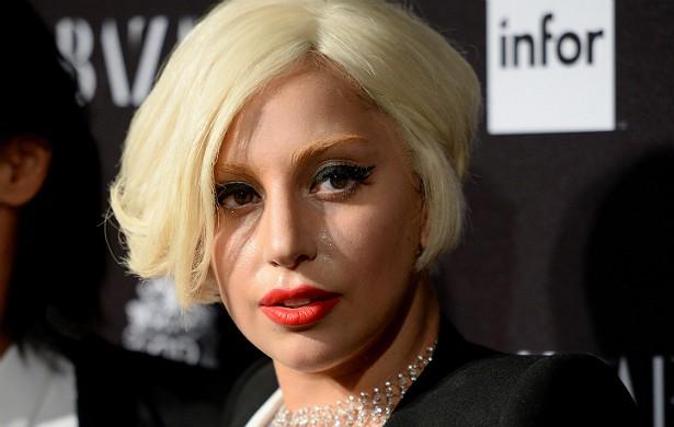 Lady Gaga jura que o espírito do estilista inglês Alexander McQueen (que se matou em 2010, quando tinha 40 anos de idade) lhe ajudou a compor o hit 'Born This Way'. Pena que McQueen não conseguiu avisar Gaga que a canção seria apontada como um plágio das obras de Madonna e da banda de hip-hop TLC. (Foto: Getty Images)
