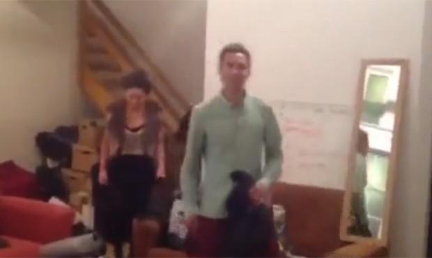 Jovens deixaram o quarto aplaudidos; homem não usava calças (Foto: Reprodução)
