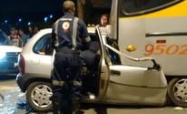 Motorista para carro embaixo de ônibus em Campo Limpo Paulista (Esdrasr Ramalho/Arquivo Pessoal)
