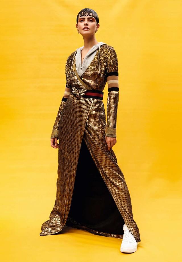 Vestido, R$ 9.200, Diane Von Furstenberg; sobre blusão com capuz, R$ 1.500, Veronica Beard na Mares. Cinto, R$ 4.160, Gucci; brincos, R$ 63.100, H.Stern; meias e munhequeiras, ambas Memo. (Foto: Rafael Pavarotti)
