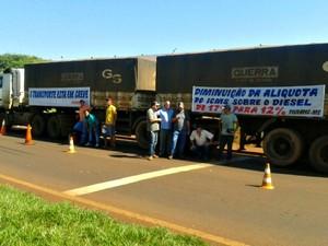 Protesto dos caminhoneiros na BR-163 em Dourados (Foto: Liziane Zarpelon/ TV Morena)