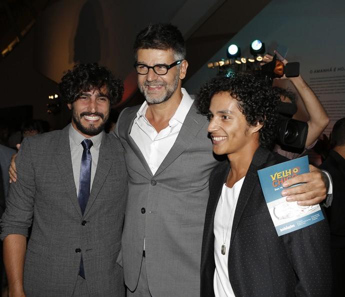 Luiz Fernando Carvalho recebe o carinho e reconhecimento dos atores Renato Goes e Diyo Coêlho (Foto: Fábio Rocha/ Gshow)