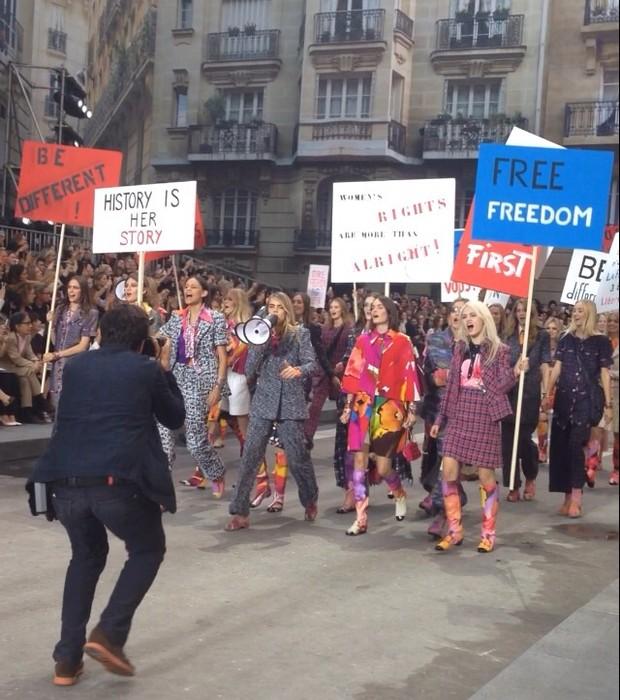 O final apoteótico do desfile da Chanel teve até black blocks (Foto: Divulgação)