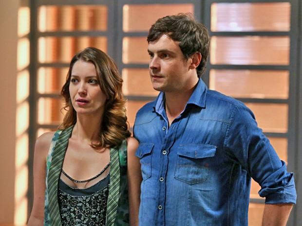 Laura e Caíque tomam coragem e contam para Vicente que estão namorando (Foto: Raphael Dias / Gshow)