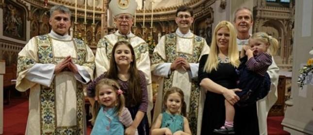 Ex-padre anglicano Robin Farrow (de óculos) é casado e tem quatro filhas (Foto: Divulgação)