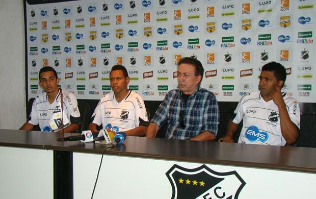 Presidente do ABC apresenta três reforços (Foto: Leonardo Pessoa/Divulgação)