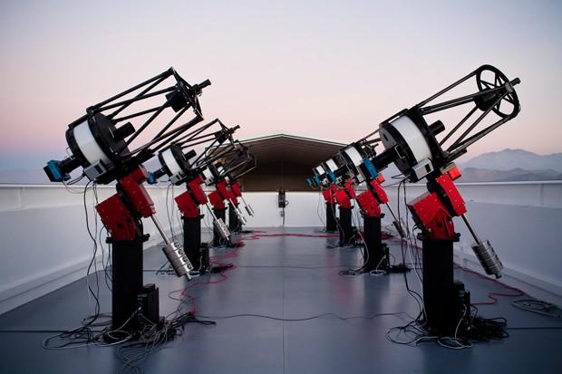 O conjunto de telescópios MEarth-South, que fica no Chile, foi responsável pela observação que resultou na descoberta do planeta GJ 1132b (Foto: Jonathan Irwin/Divulgação)
