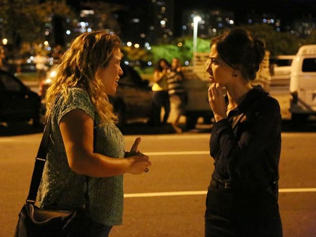 A atriz conversa com a diretora da trama, Tande Bressane (Foto: Carol Caminha/Gshow)