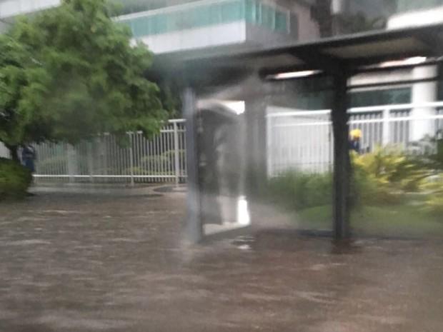 Calçadas desapareceram na Lagoa Rodrigo de Freitas (Foto: Gisele Porto/ G1)