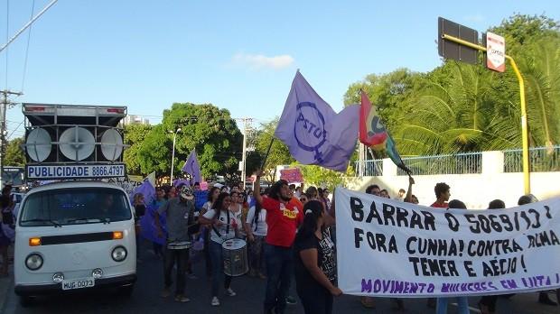 Manifestantes levaram faixas e cartazes contra o PL 5069 e o deputado Eduardo Cunha (Foto: Karina Dantas/G1)