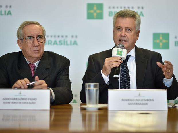 O secretário de Educação, Júlio Gregório, ao lado do governador Rodrigo Rollemberg (Foto: Andre Borges/Agência Brasília)