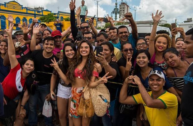 Isis Valverde posa com fãs em Belém (Foto: Reprodução/Instagram)