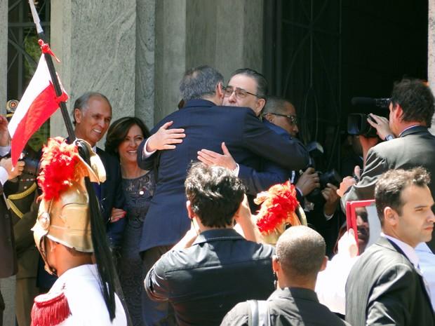 Fernando Pimentel abraça Alberto Pinto Coelho ao receber o cargo no Palácio da Liberdade. (Foto: Pedro Ângelo/G1)