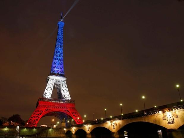 Torre Eiffel reabre e é iluminada com cores da bandeira francesa nesta segunda-feira (16) (Foto:  REUTERS/Benoit Tessier)