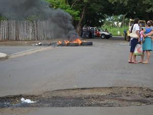 Moradores do Parque Chapadão queimam pneus em protesto, Piracicaba (Foto: Thomaz Fernandes/G1)