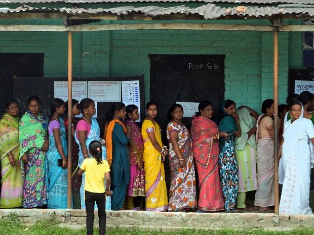 Eleitores indianos esperam na fila do lado de fora  (Foto: Dibyangshu Silva/ AFP)