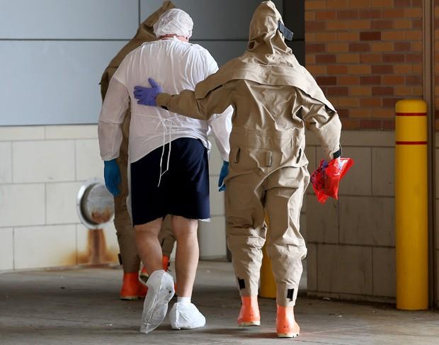 Paciente com sintomas parecidos com o ebola dá entrada no Hospital Texas Health Presbyterian nesta quarta-feira (Foto: Joe Raedle/Getty Images/AFP)