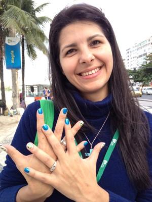 Voluntária pintou as unhas com a marca da Jornada (Foto: Andressa Gonçalves/G1)
