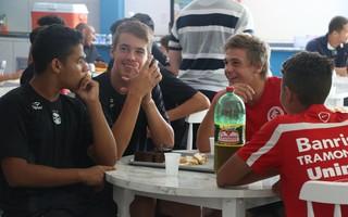 Jovens da base de Grêmio e Inter ouvem palestras  (Foto: Eduardo Deconto/GloboEsporte.com)