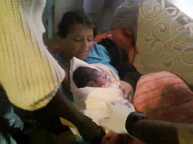 Três policiais militares realizaram parto do bebê em casa de Pedralva (Foto: Polícia Militar)