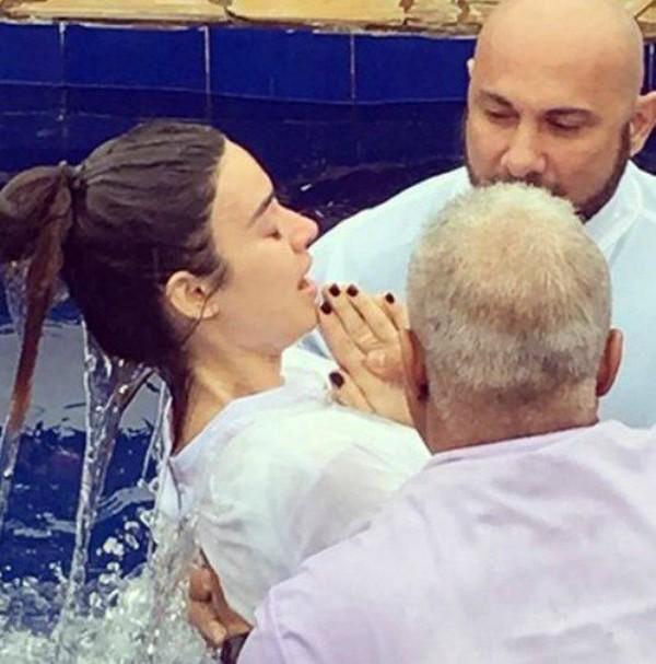 Thayla Ayala se batiza em igreja evangélica (Foto: Reprodução / Instagram)