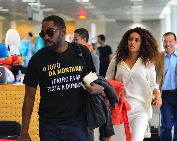 Taís Araújo e Lazaro Ramos em aeroporto (Foto: William Oda/Agnews)