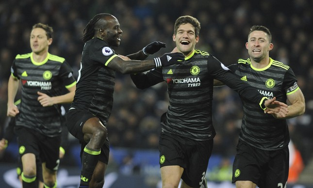 Marcos Alonso (no centro) marcou dois gols na vitória do Chelsea