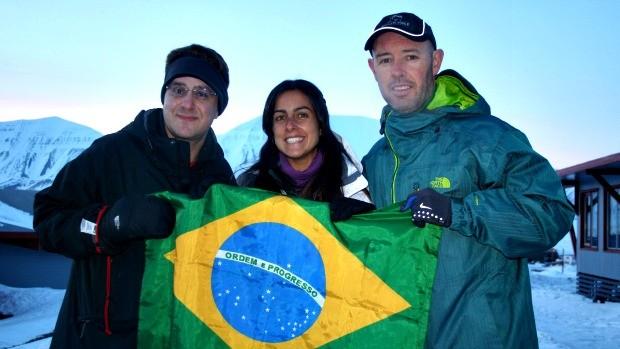 Carol Barcellos e brasileiros no Polo Norte (Foto: Arquivo Pessoal)