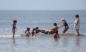 Praia Acessível recebe 30 pessoas com deficiência em Bertioga, SP