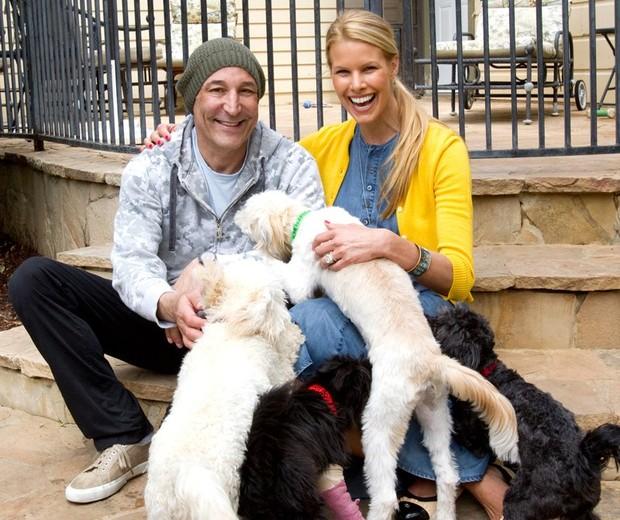 Sam Simon posa ao lado de Beth Stern e animais da fundação criada por ele (Foto: The Sam Simon Foundation/Reprodução)