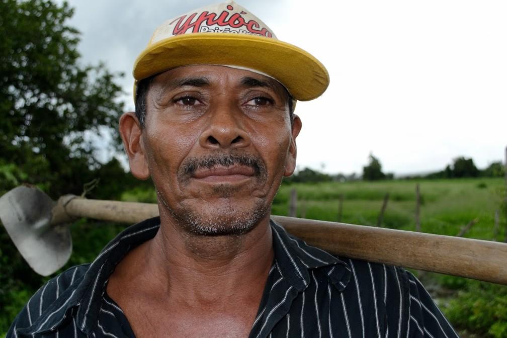 Sem produção por causa da seca, Francisco de Assis levou meses para juntar R$ 100 para fazer um suposto seguro. (Foto: André Teixeira/G1)