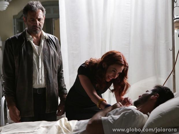 Dália descobre que homem misterioso no hospital é seu irmão Davi (Foto: Fábio Rocha/TV Globo)