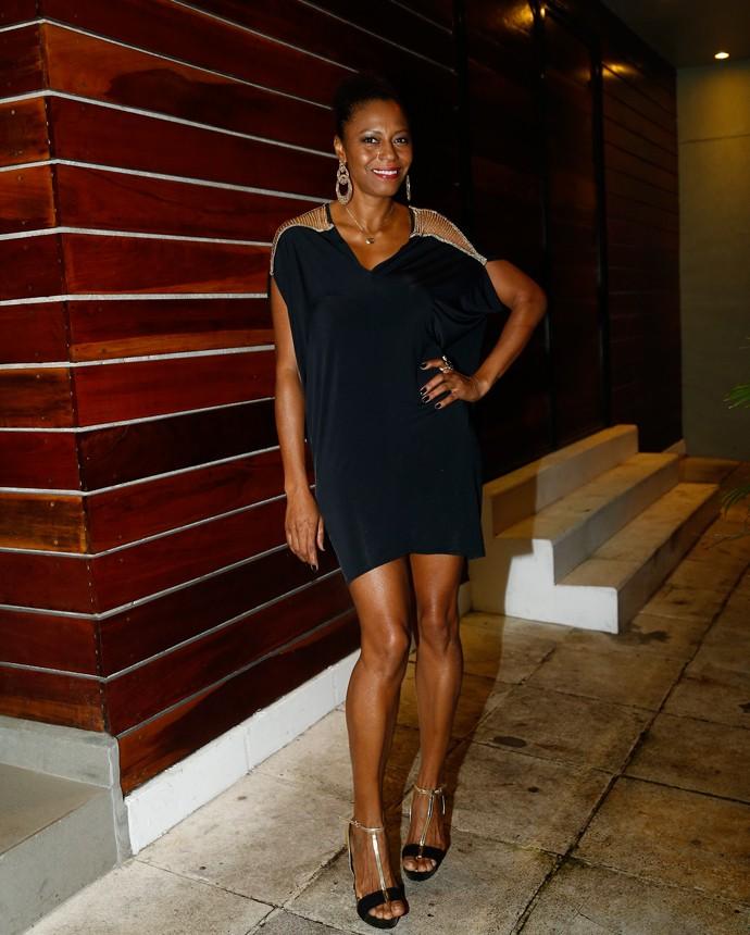 Edvana Carvalho também chegou toda estilosa e esbanjando simpatia (Foto: Raphael Dias/Gshow)