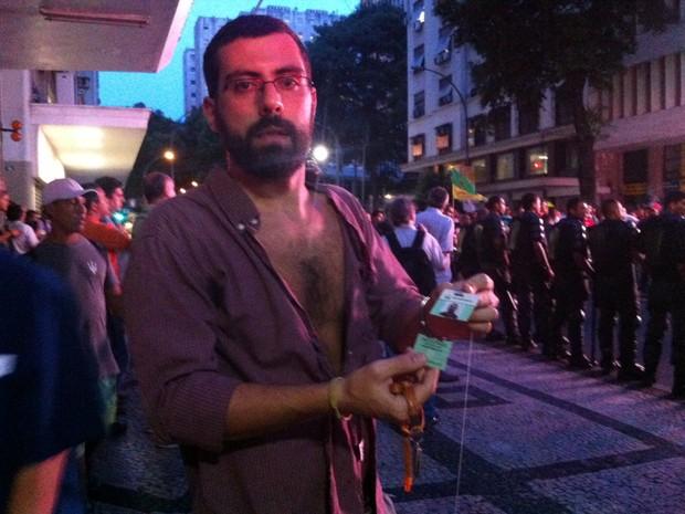 Homem diz ter sido agredido em protesto na Petrobras (Foto: Daniel Silveira / G1)