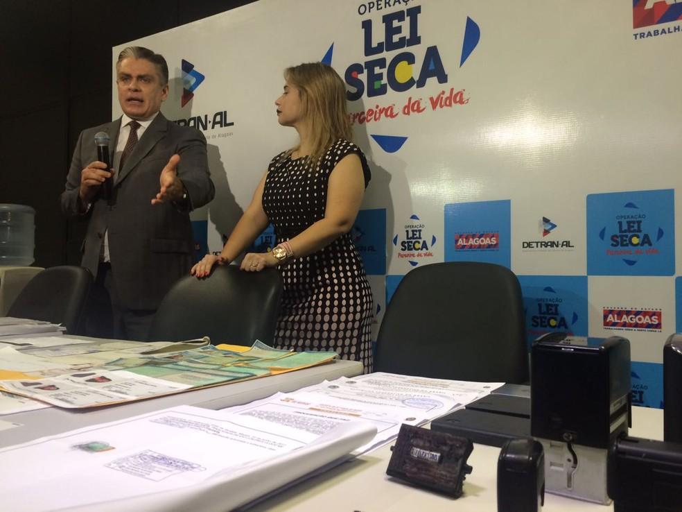 Presidente do Detran, Antonio Carlos Gouveia, e a delegada Maria Angelita explicam como funcionava o esquema; na mesa, material apreendido com os suspeitos (Foto: Carolina Sanches/G1)