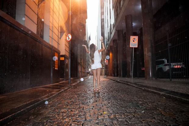 Thalita Zampirolli na chuva no centro da cidade (Foto: Anderson Barros / Ego)